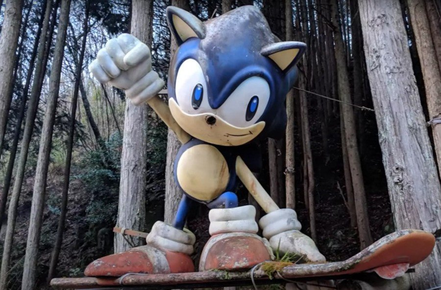 Here's how the Sonic statue looked before its restoration...